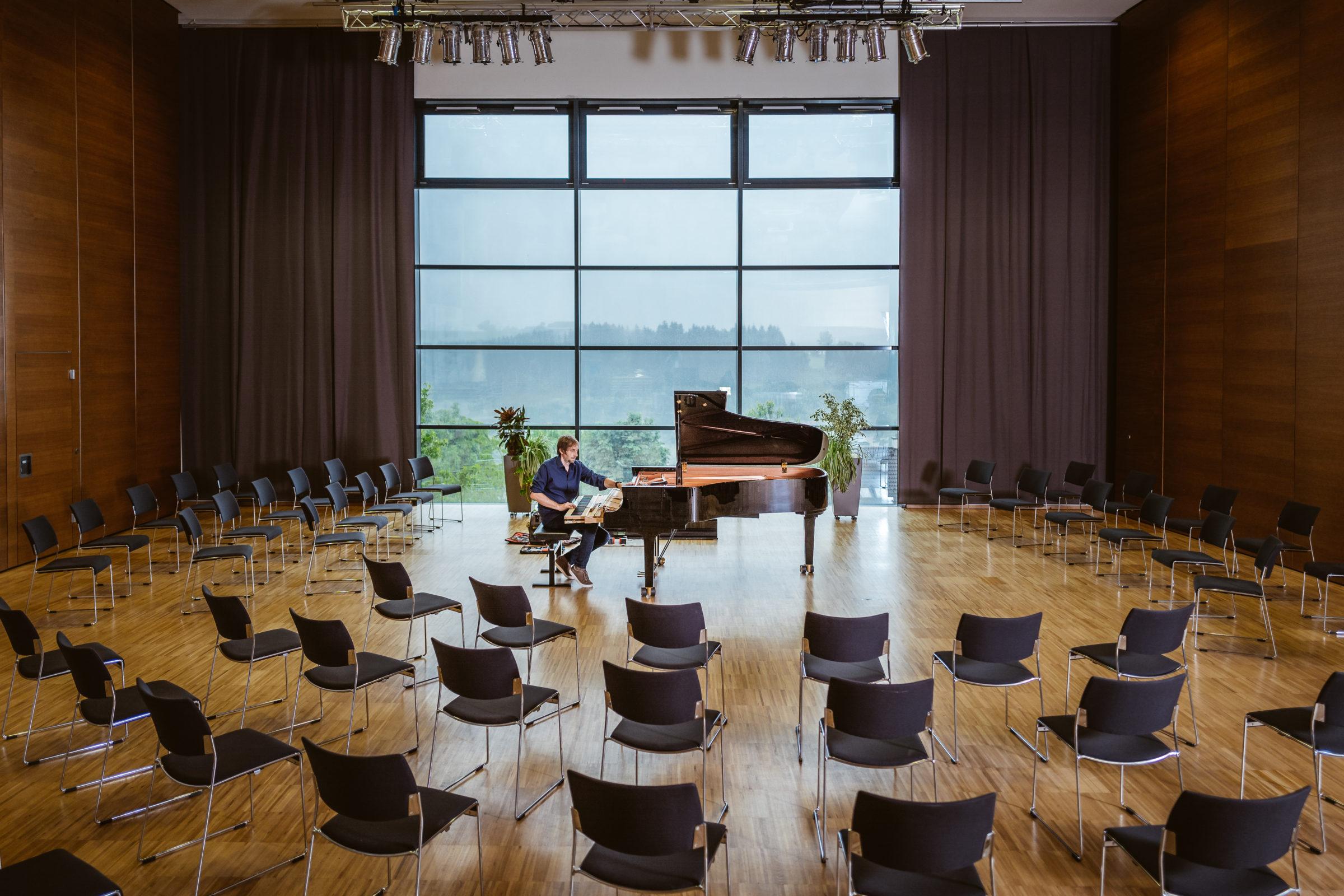 Joachim Schneglberger stimmt und repariert ein Klavier in Ottensheim und Steyregg in Oberösterreich